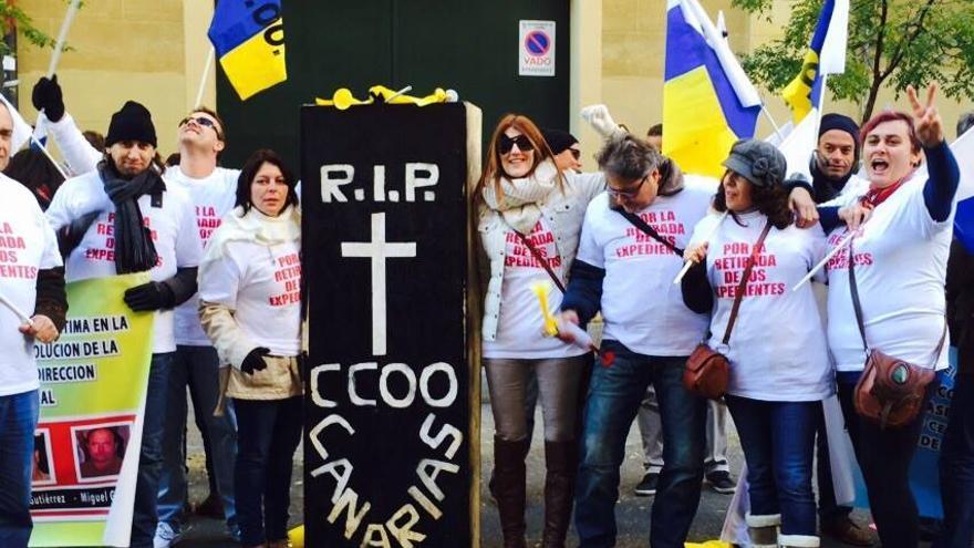 Concentración de los delegados sindicales canarios ante la sede de CCOO en Madrid.