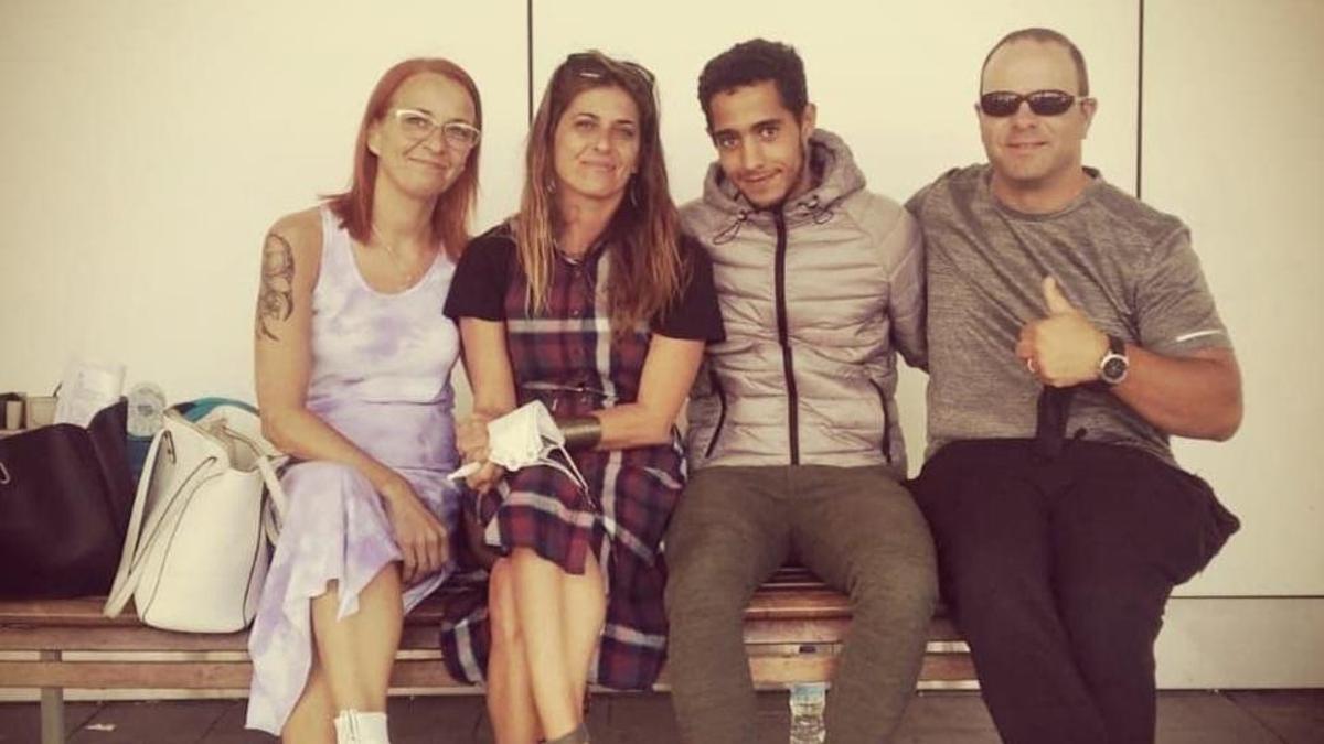 Salah y Vanesa (centro) junto a familiares en el aeropuerto de Gran Canaria.