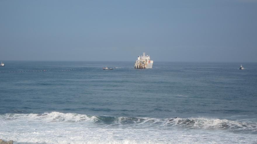 El cable submarino 'Marea', que unirá España-Europa y Estados Unidos, comienza su amarre en Sopela