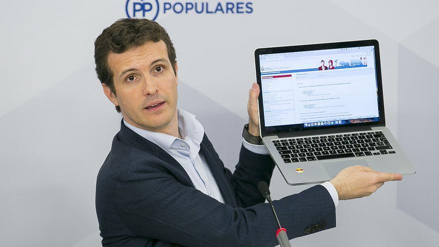 Pablo Casado informando a los periodistas sobre su máster en la URJC.