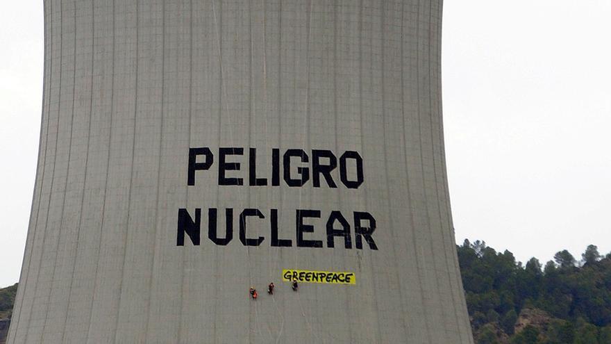 Activistas de Greenpeace durante la acción que desarrollaron en la central de Cofrentes