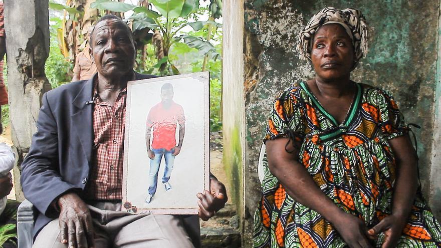 Los padres de Yves Bilong Martin, con una fotogradía de su hijo. | Imagen cedida por Caminando Fronteras.