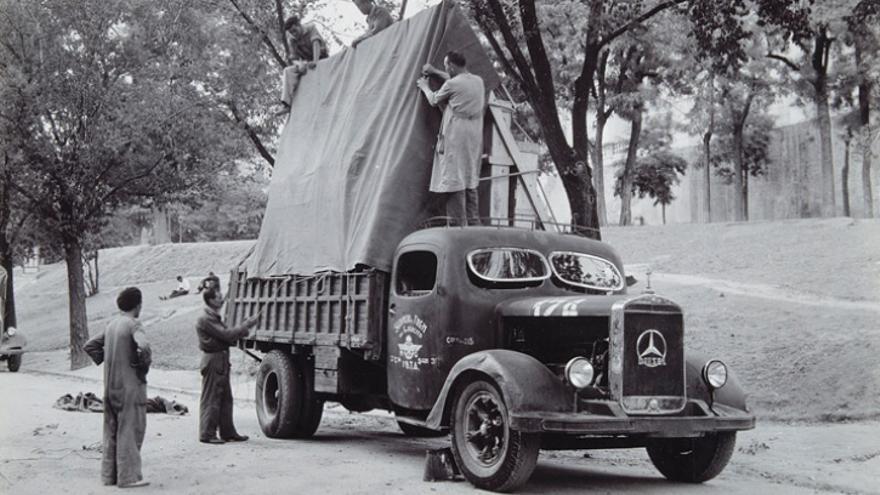 Camión militar con obras del Museo del Prado, momentos antes de partir para València