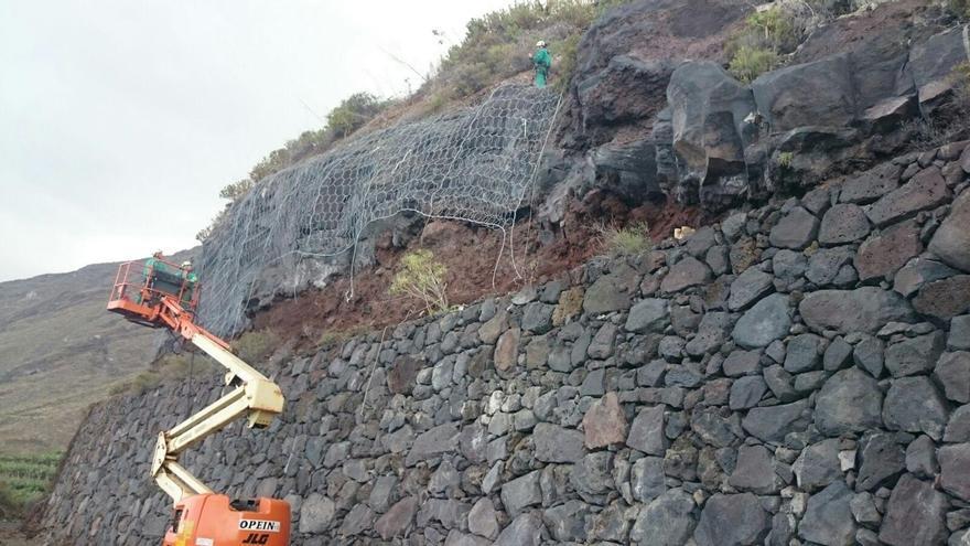 Instalación de la malla de protección con muelles de acero en un talud situado en uno de los márgenes de la carretera LP-209.