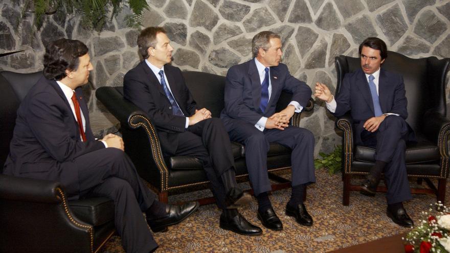 Aznar junto a Barroso, Blair y Bush en la cumbre de las Azores en 2003.