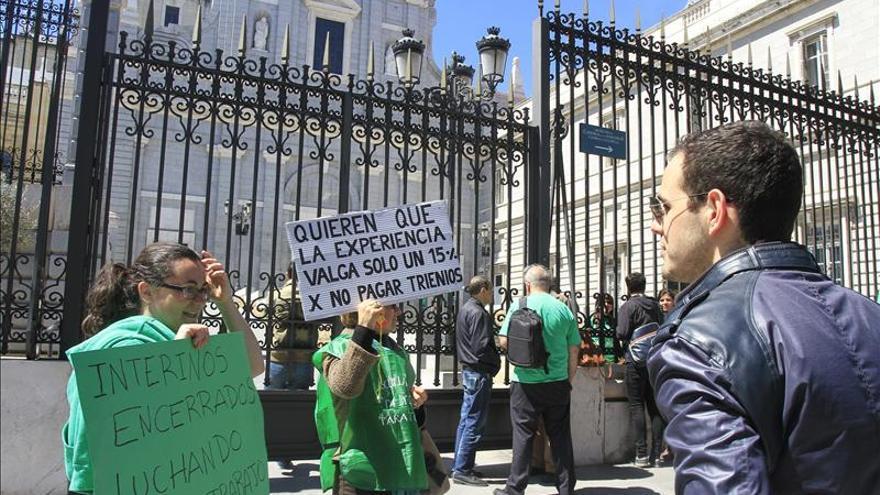El Defensor del Pueblo pide a Educación que hable con los sindicatos sobre los interinos