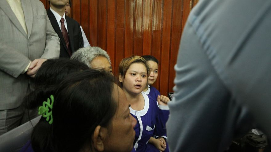 Bov Sorphea, en el centro, el día que la sentenciaron a un mes de prisión en 2012. / Laura Villadiego.