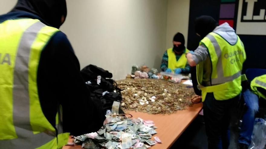La Guardia Civil halla gran cantidad de dinero en monedas y billetes pequeños en el registro de la sede de LAB