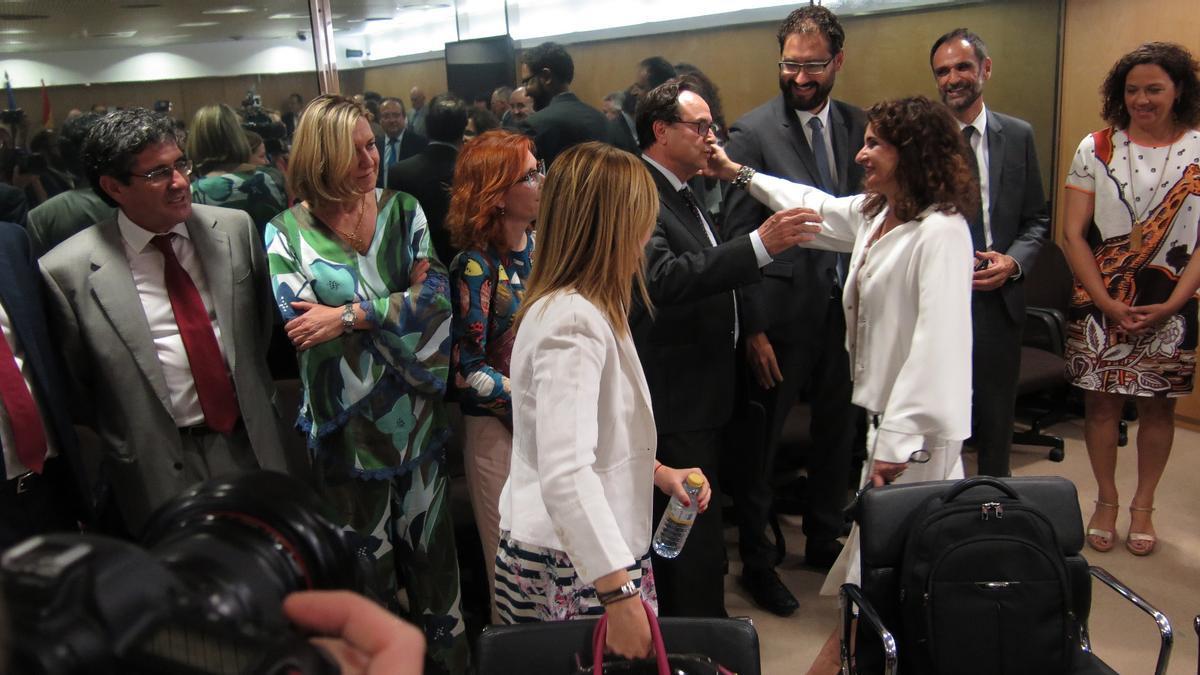 El conseller de Hacienda, Vicent Soler, saluda a la ministra de Hacienda, Maria José Montero