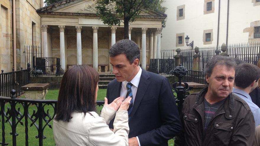 Pedro Sánchez habla con una simpatizante socialista ante la Casa de Juntas de Gernika.