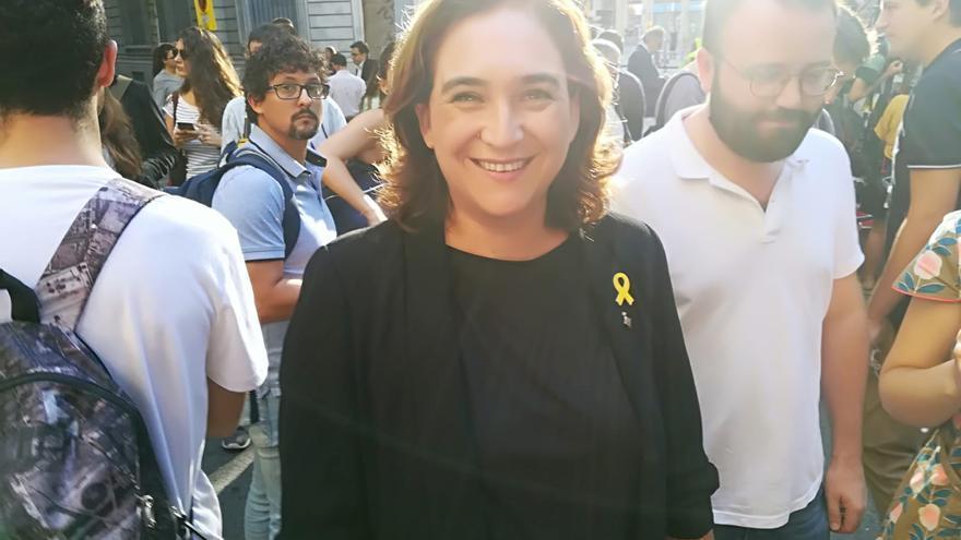 Ada Colau, con el lazo amarillo en la ofrenda de la Diada