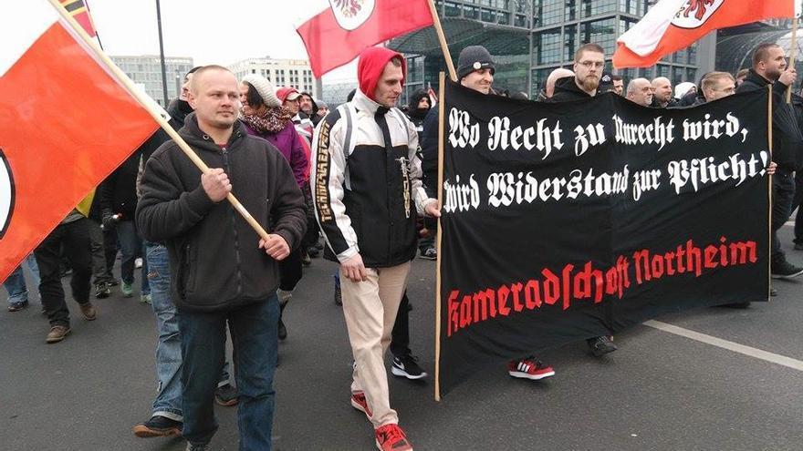 "Pancarta del grupo neonazi ""Kameradschaft Northeim"" en la manifestación ""Merkel tiene que irse"""