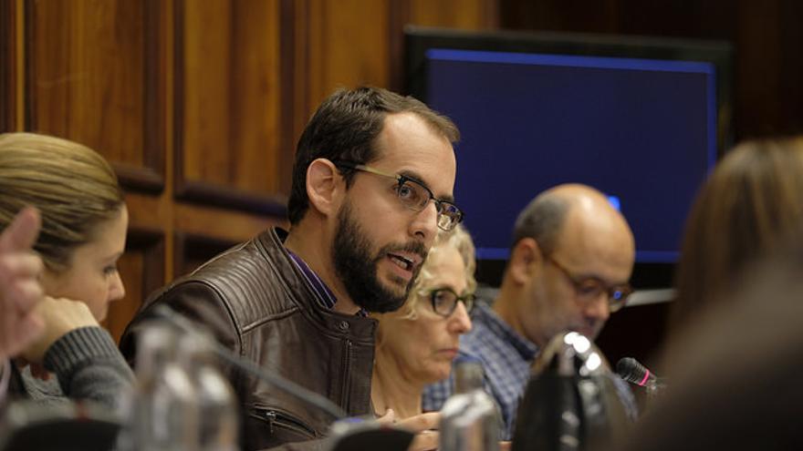 Miguel Montero, en un pleno del Cabildo de Gran Canaria, con Juan Manuel Brito al fondo. (FLICKR CABILDO DE GRAN CANARIA)