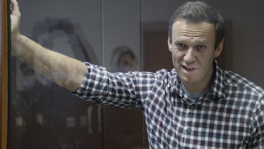 Navalni tiene dolor en una pierna pero puede andar, según patronato de presos