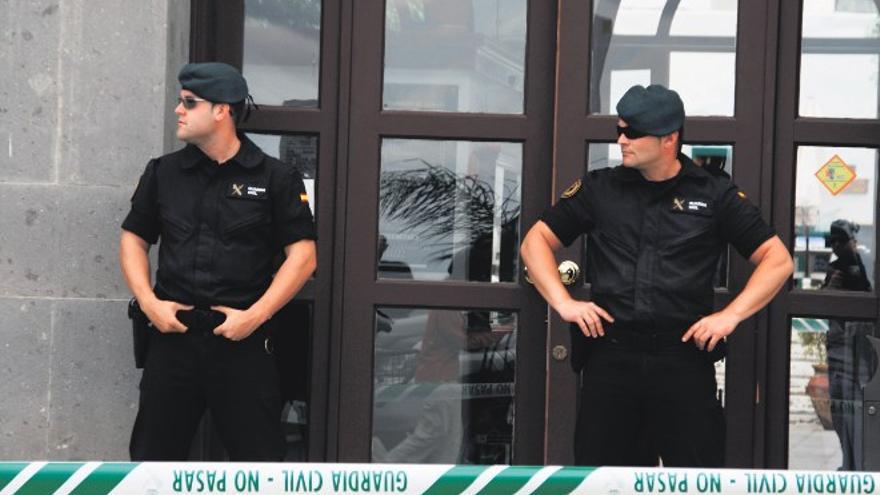 Policía Nacional en la puerta del juzgado (De la Cruz.)