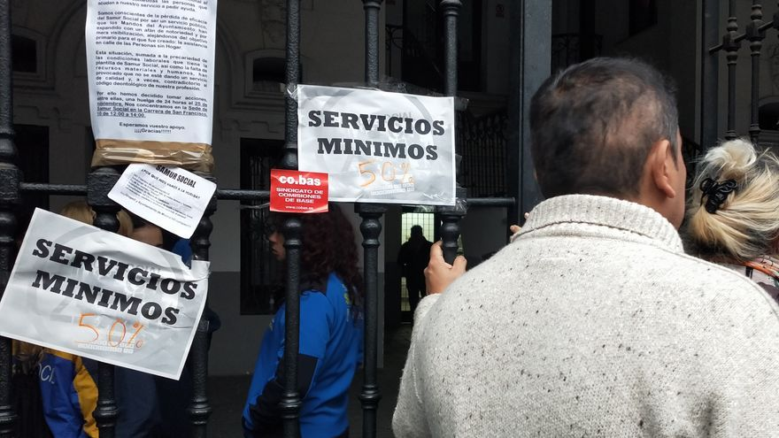 Daniel (nombre ficticio) espera en las puertas del Samur Social, en Madrid