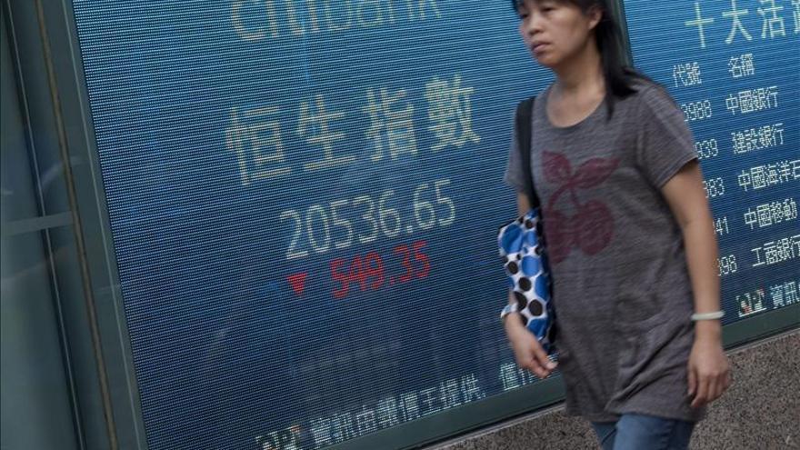 El índice Hang Seng baja el 1,03 por ciento, o 240,83 punto,s a media sesión