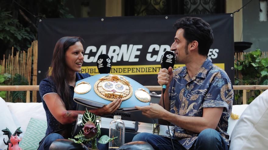 Joana Pastrana cinturon campeona mundial boxeo en Carne Cruda 454