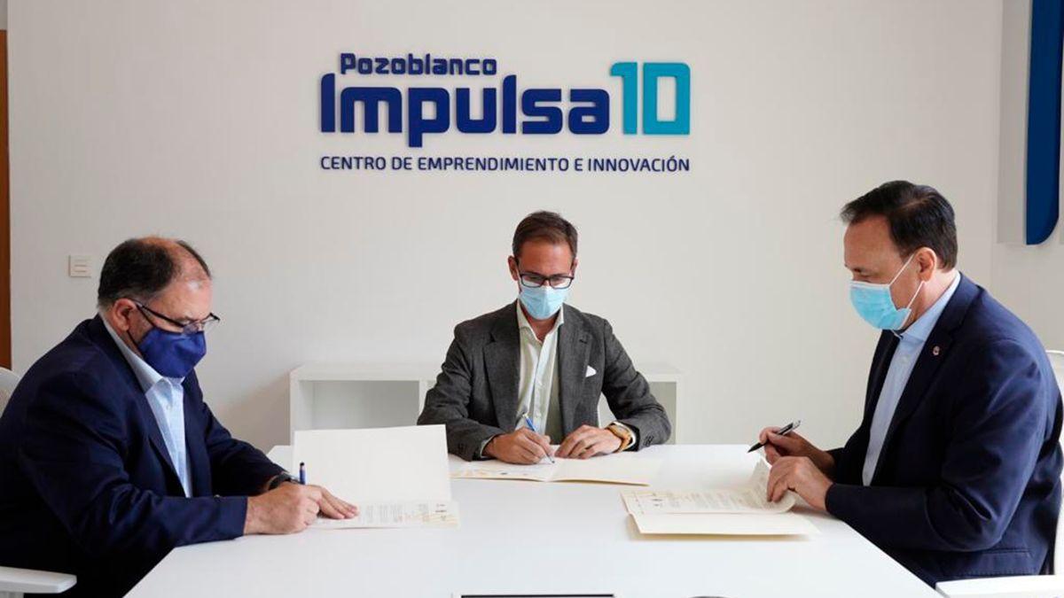 Firma del convenio entre el alcalde de Pozoblanco y el rector de la UCO.