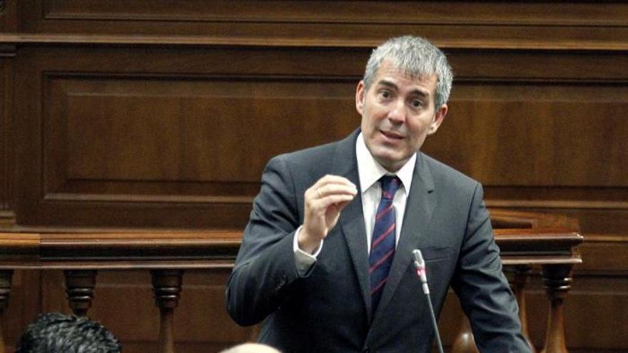 El presidente del Gobierno de Canarias, Fernando Clavijo, durante una de sus intervenciones en la sesión de control del Parlamento regional. EFE/Cristóbal García