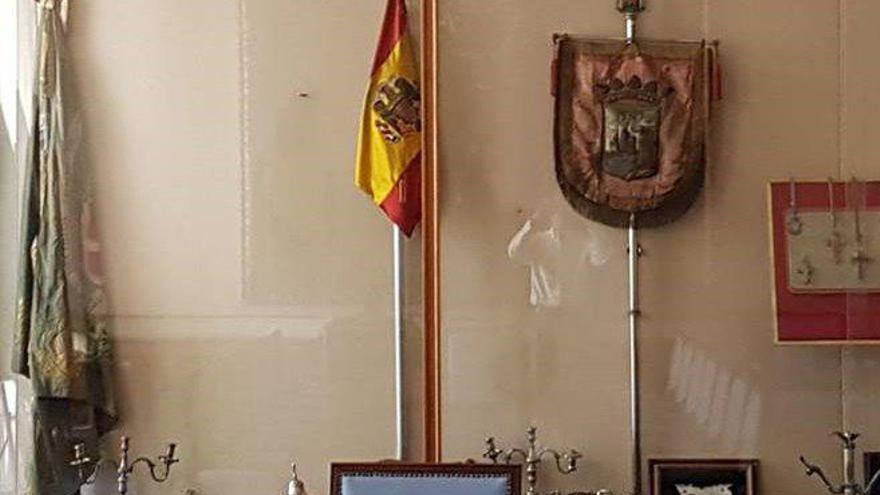 Vitrina en el Salón Azul del Ayuntamiento de Santander.