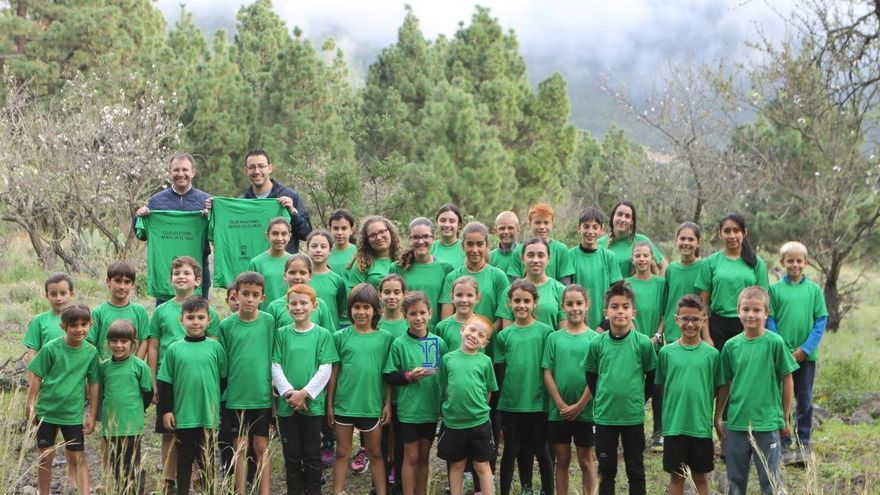 El alcalde de El Paso y el concejal de Deporte con niños y niñas del Club Brisas en la zona del Riachuelo. Foto: Ayuntamiento de El Paso.