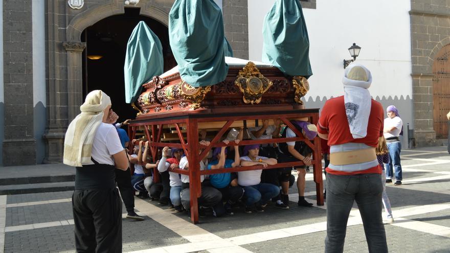 Cuadrilla cargando el trono del Cristo de la Salud en un ensayo (IAGO OTERO PAZ)