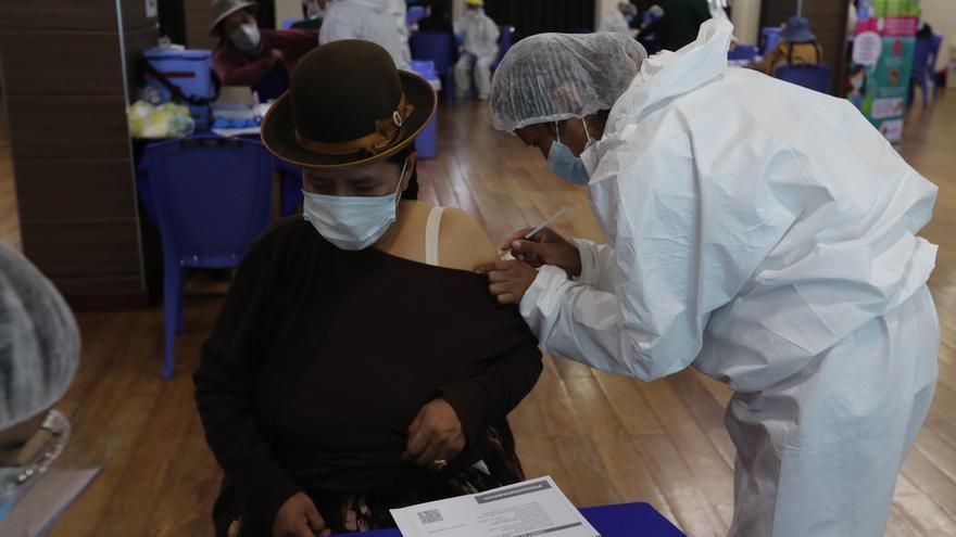 Bolivia indaga el uso de pruebas vencidas de covid y reporta 922 nuevos casos