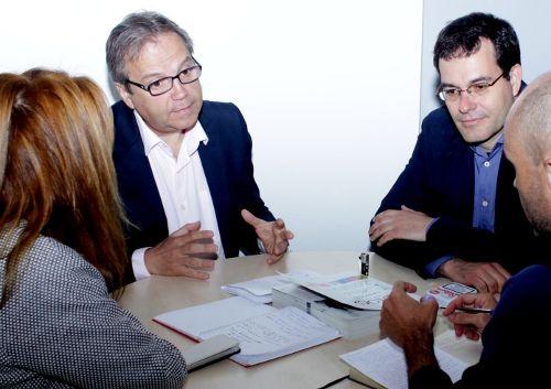 Durante la entrevista, Carmona estuvo acompañado por Mónica Fuente y por Chema Dávila, secretario general de Centro | Foto: R. Angulo
