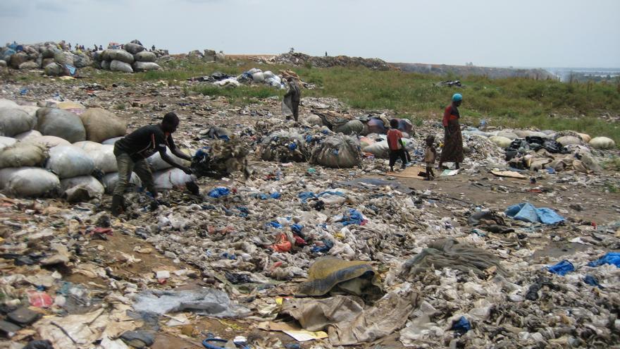 Vertedero de Akouédo. Éste es el lugar en el que Trafigura contrató a una pequeña compañía costamarfileña para depositar una gran cantidad de basura tóxica sin ningún tipo de tratamiento en agosto de  2006.  © Amnesty International