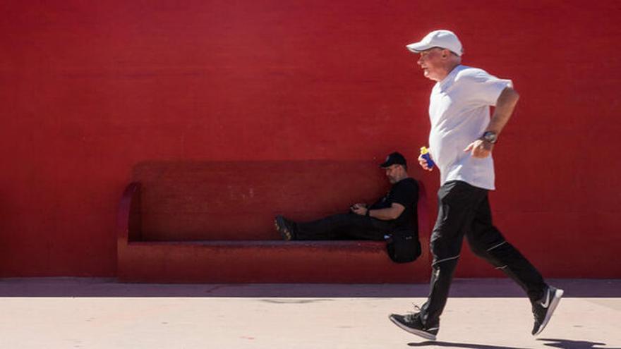Anciano haciendo footing, otro sentado