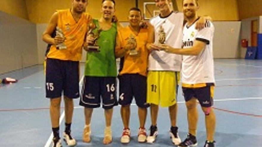 Los jugadores muestran los trofeos.