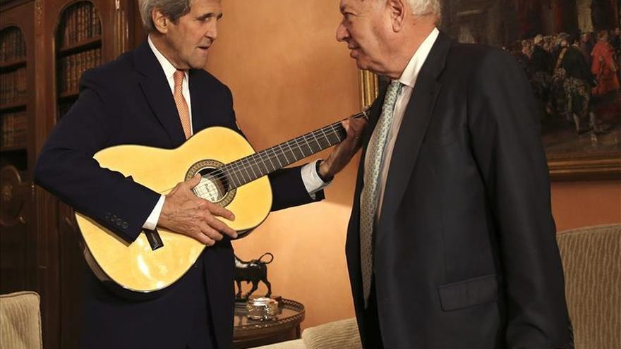 John Kerry toca la guitarra española ante García-Margallo