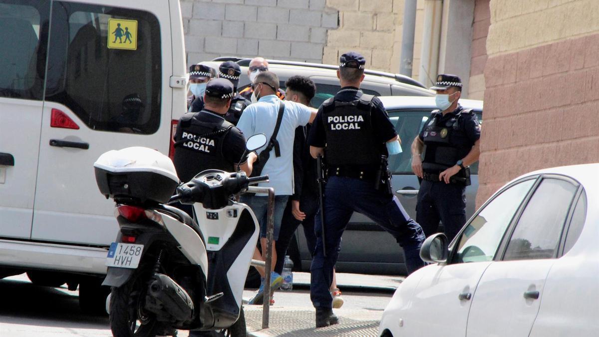Miembros de la policía nacional comienzan el traslado de menores desde el centro de menores Santa Amelia, en Tetuán este sábado. EFE/ Reduan Dris
