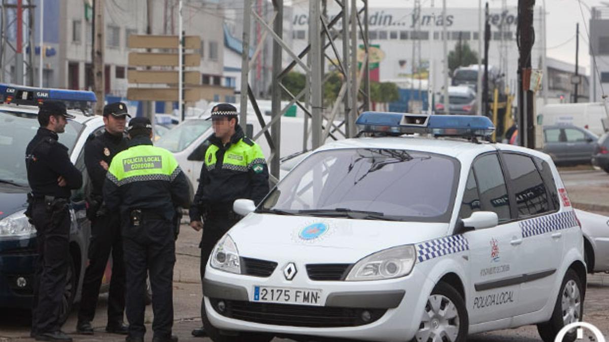 Dos policías locales charlan con dos agentes de la Policía Nacional.