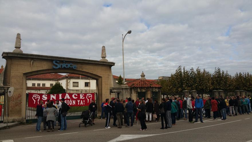 Concentración de trabajadores de SNIACE a las puertas de la fábrica en Torrelavega (Cantabria)