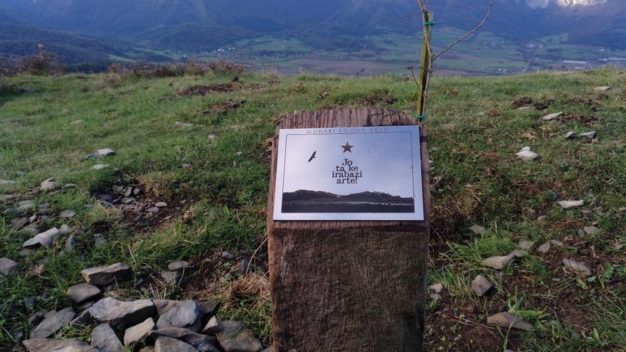 Placa del Gudari Eguna 2018, colocada en el monte de San Pedro. Al fondo, la sierra Salvada