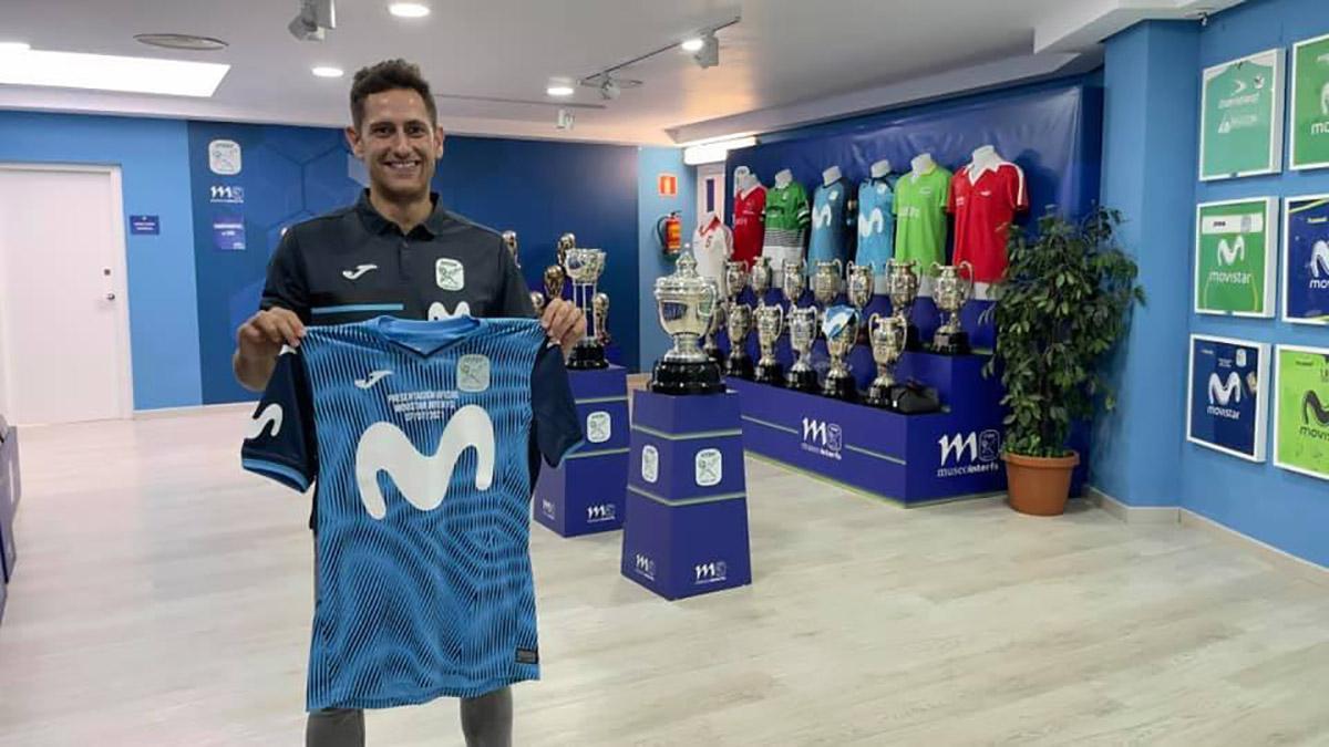 Rafa López posa con la camiseta de Movistar Inter