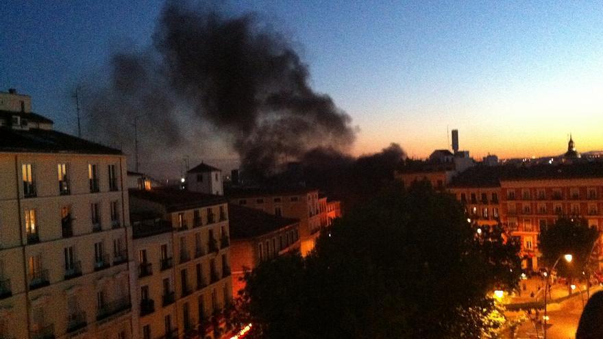 Humo en la plaza Tirso de Molina por un incendio en un contenedor el 15 de mayo de 2011 / Juan Luis Sánchez