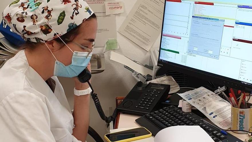Sanitaria durante las labores de rastreo en el centro de salud de Grañen