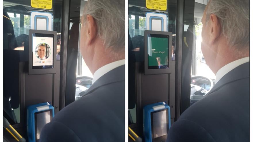 El gerente de EMT, Alfonso Sánchez, prueba el sistema de pago por reconocimiento facial en uno de los autobuses de la empresa municipal.