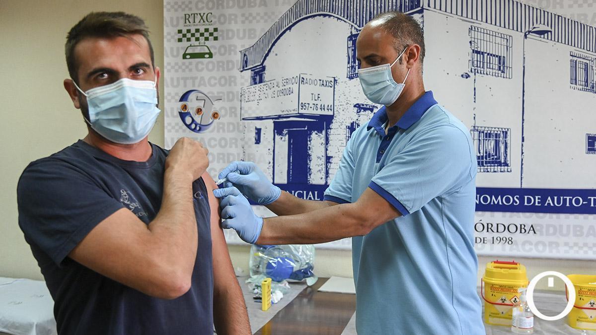 Punto de vacunación en la Asociacion Provincial del Taxi (Autacor) | TONI BLANCO