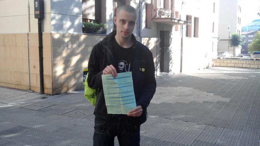Iván Fernández con la propuesta de sanción en la mano / Foto cedida