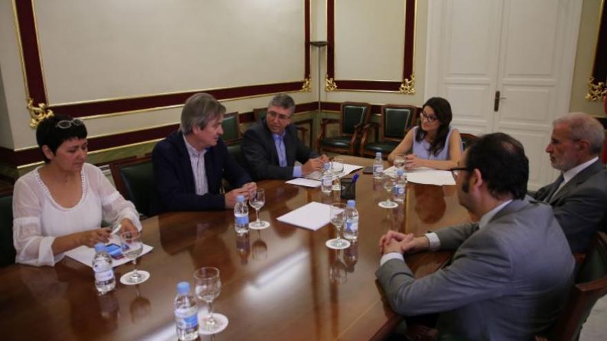 El rector de la UV, Esteban Morcillo, la consellera de Igualdad, Mónica Oltra y el conseller de Economía Sostenible, Rafa Climent durante una reunión