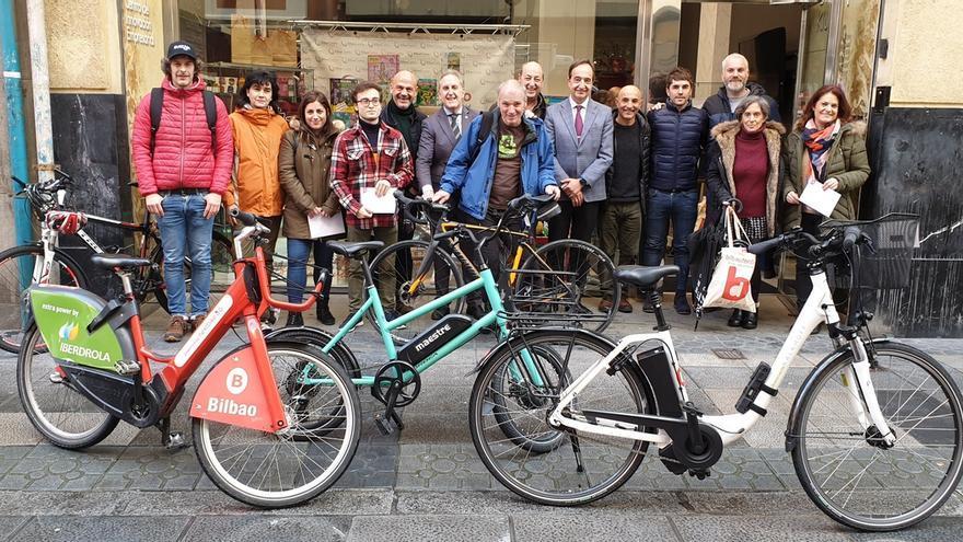 """La campaña """"¿De compras? Mejor en bici"""" del Ayuntamiento de Bilbao y BilbaoDendak reparte 1.000 euros en premios"""