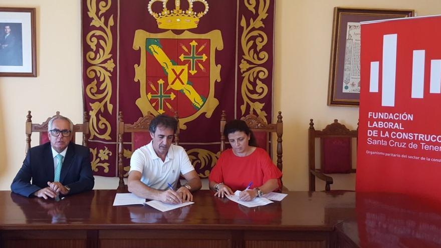 Acto de firma del convenio en el Ayuntamiento de Los Sauces.