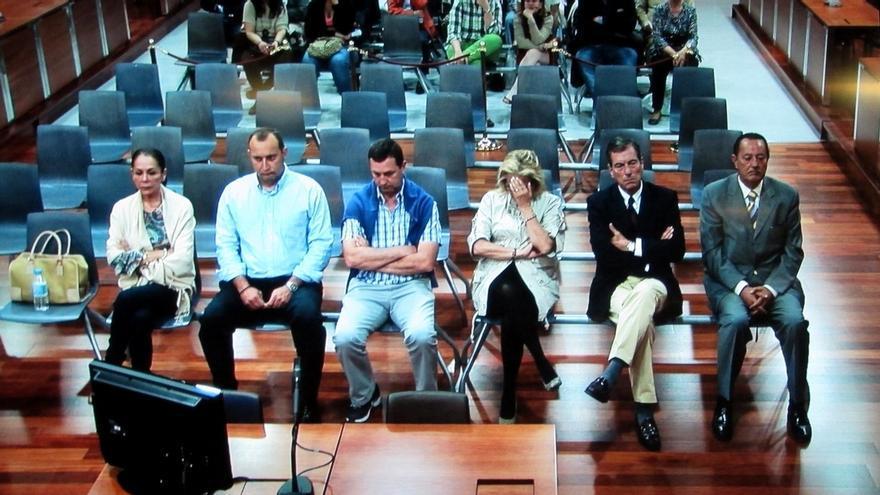 Fotografía tomada del monitor de la sala de prensa de la Audiencia de Málaga, en la que se ve a Isabel Pantoja, Julián Muñoz y Maite Zaldívar.