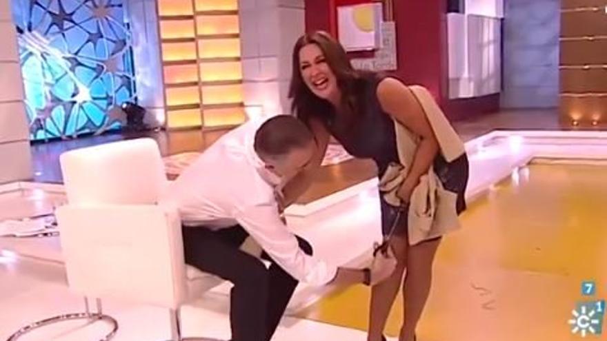 El presentador Juan y Medio corta la falda de su compañera Eva Ruiz en la TV pública andaluza.