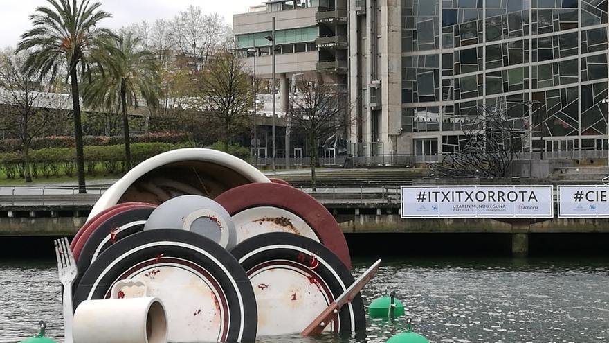 Una vajilla sucia flotando en la ría de Bilbao recuerda la importancia del uso responsable del agua