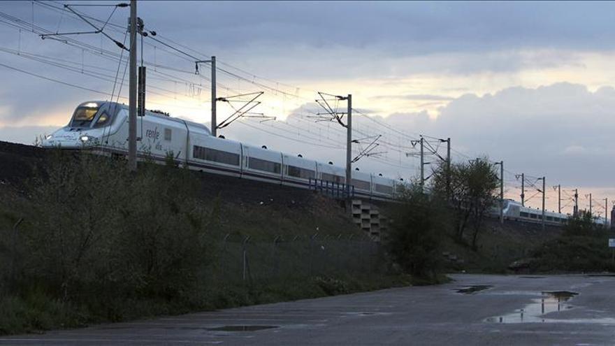 Los pasajeros del AVE averiado en Ciudad Real continúan viaje en otro tren